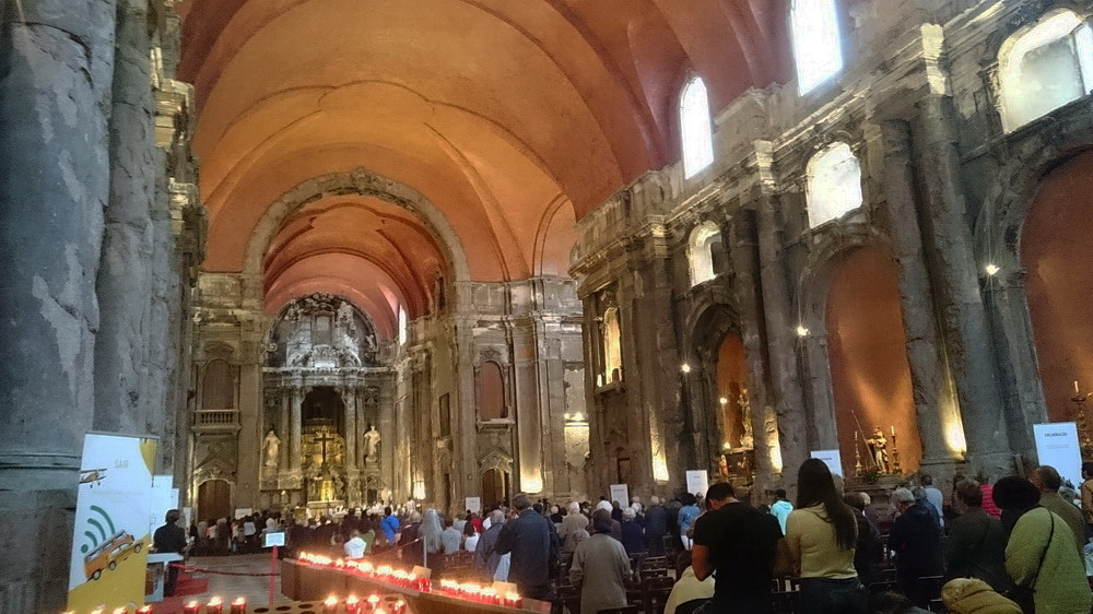 The Church of São Domingos dates back to the 13th century is the former venue for royal weddings until the end of the kingdom. It was rebuilt after the destruction of two earthquakes, and a recent fire has also left a lot of mark in its stone pillars and ornaments.