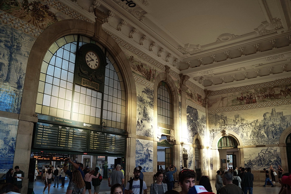 Before leaving the city, let's take a journey into the past - the 20,000 azulejos of the famous São Bento railway station's passenger hall depict rural idyll, milestones of transport development as well as bloody scenes from the country's golden age.