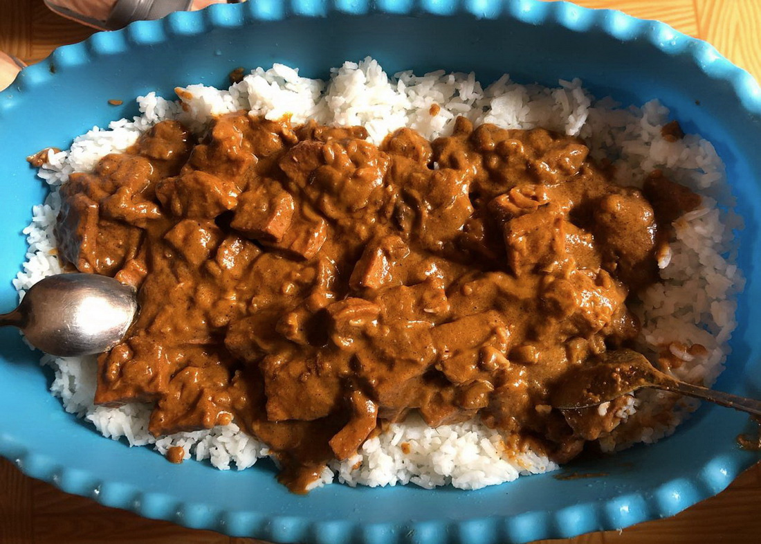 As exchange for the full Hungarian goulash we cooked before, our Gambian friend prepares his favourite national dish for lunch: this is the domoda (peanut stew).